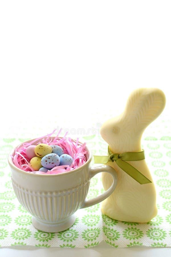Coelho e ovos brancos do chocolate imagens de stock