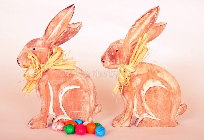 Coelhos da Páscoa e ovos da páscoa de madeira do chocolate foto de stock