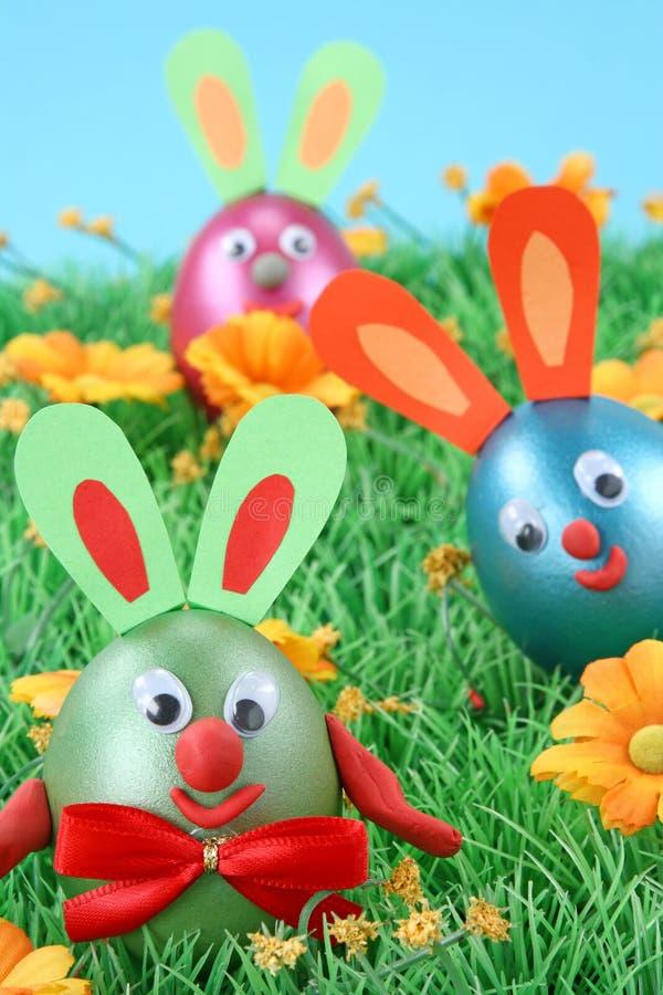 Coelhos de Easter na grama imagens de stock