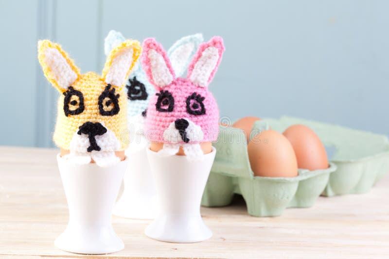Coelhos do Crochet para Easter fotografia de stock royalty free