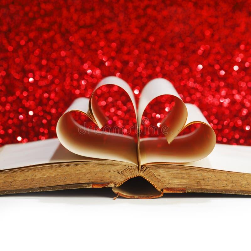 Coeur à l'intérieur d'un livre photographie stock libre de droits