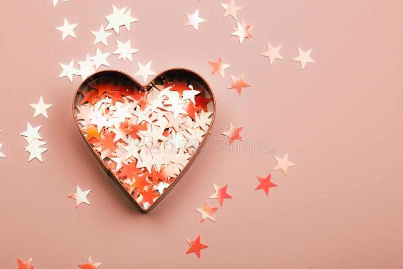 Coeur avec des étincelles sur le fond de corail vivant photo libre de droits