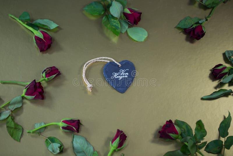Coeur avec des roses, fond d'or photos stock