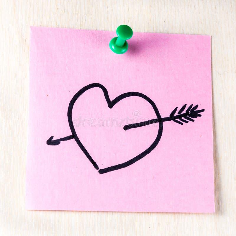 Coeur avec la flèche sur le post-it de papier image libre de droits