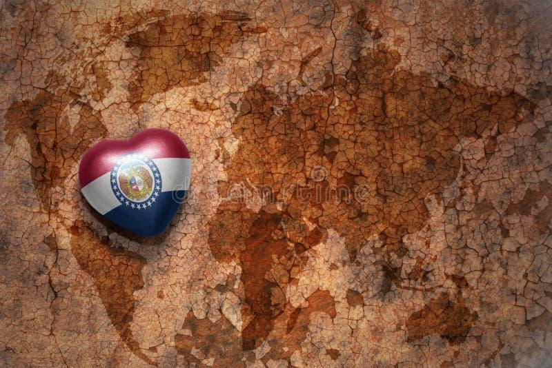 Coeur avec le drapeau d'état du Missouri sur un fond de papier de fente de carte du monde de vintage photographie stock