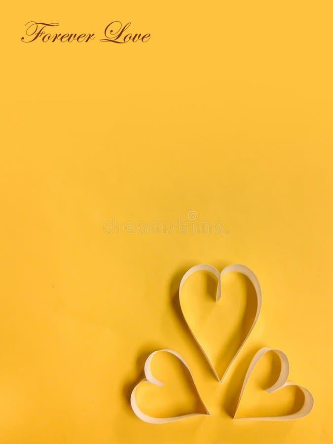 Coeur avec le fond jaune photo stock
