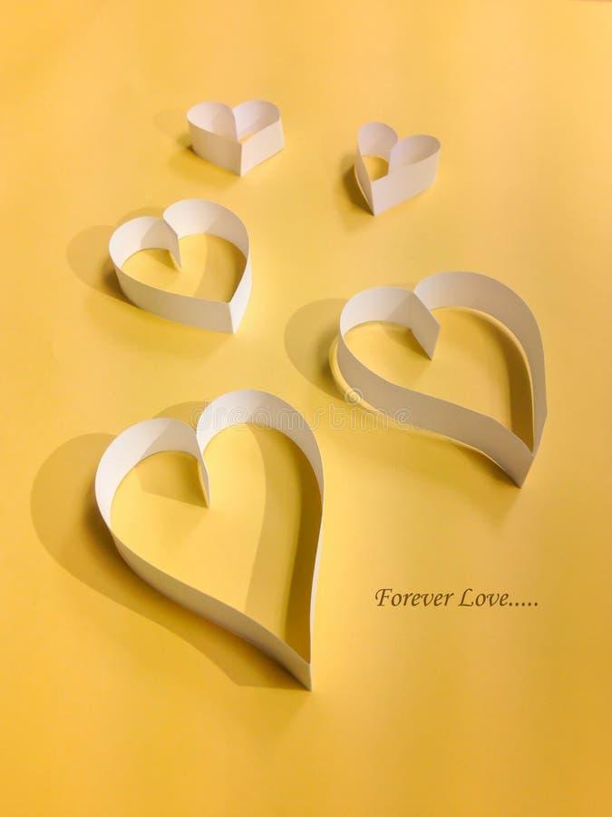 Coeur avec le fond jaune images stock