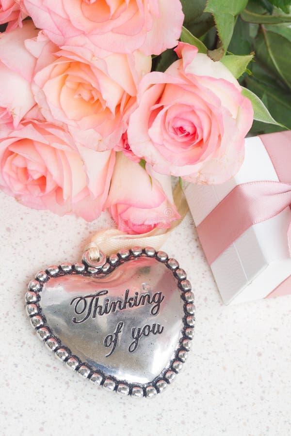Coeur avec les roses roses photos libres de droits