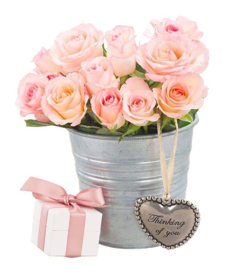Coeur avec les roses roses photographie stock