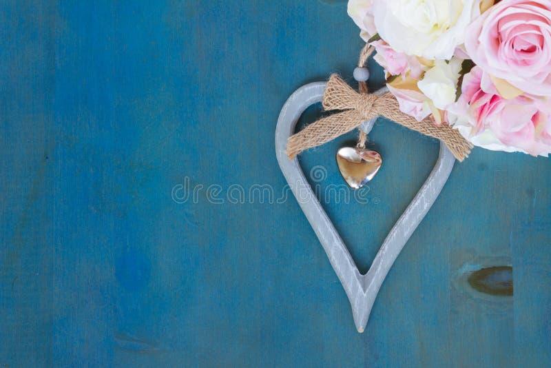 Coeur avec les roses roses images stock