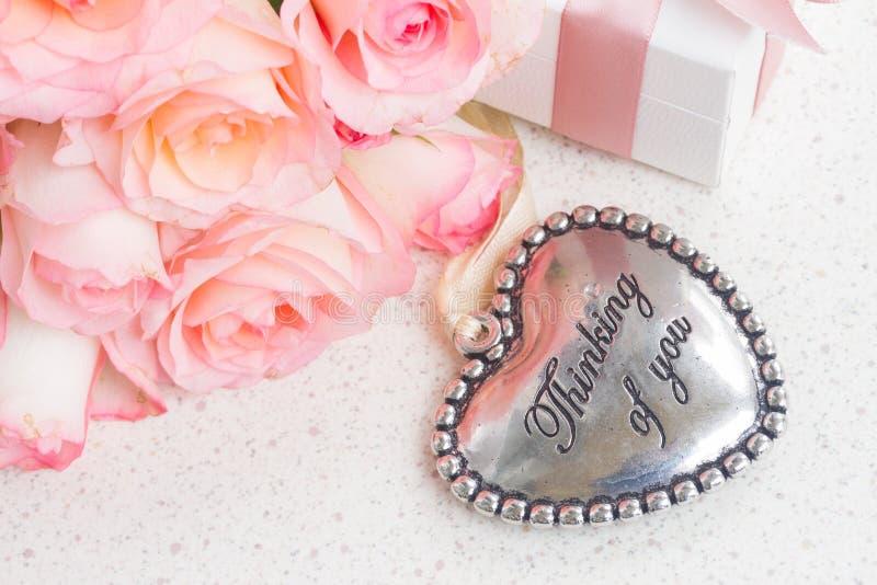 Coeur avec les roses roses photos stock