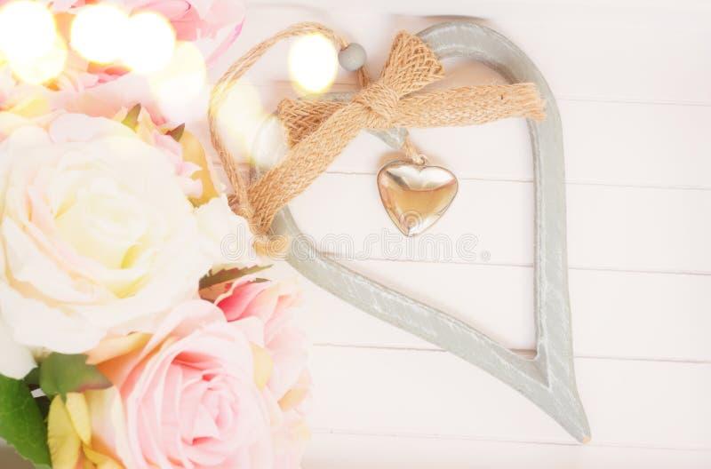 Coeur avec les roses roses images libres de droits