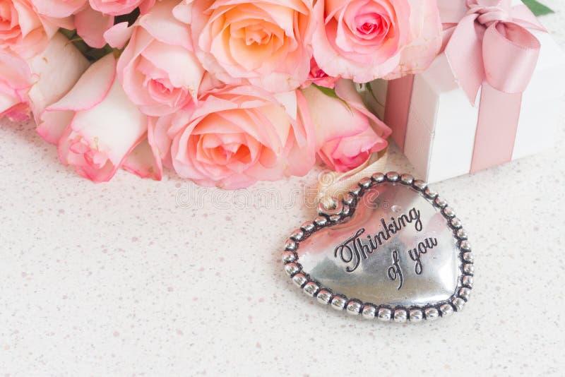 Coeur avec les roses roses photographie stock libre de droits