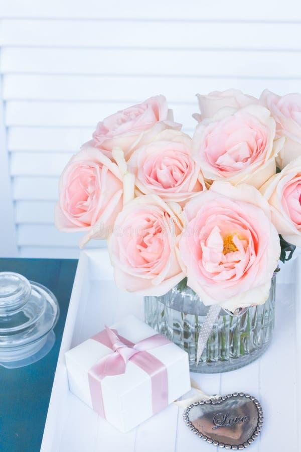 Coeur avec les roses roses image stock