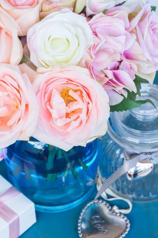 Coeur avec les roses roses image libre de droits