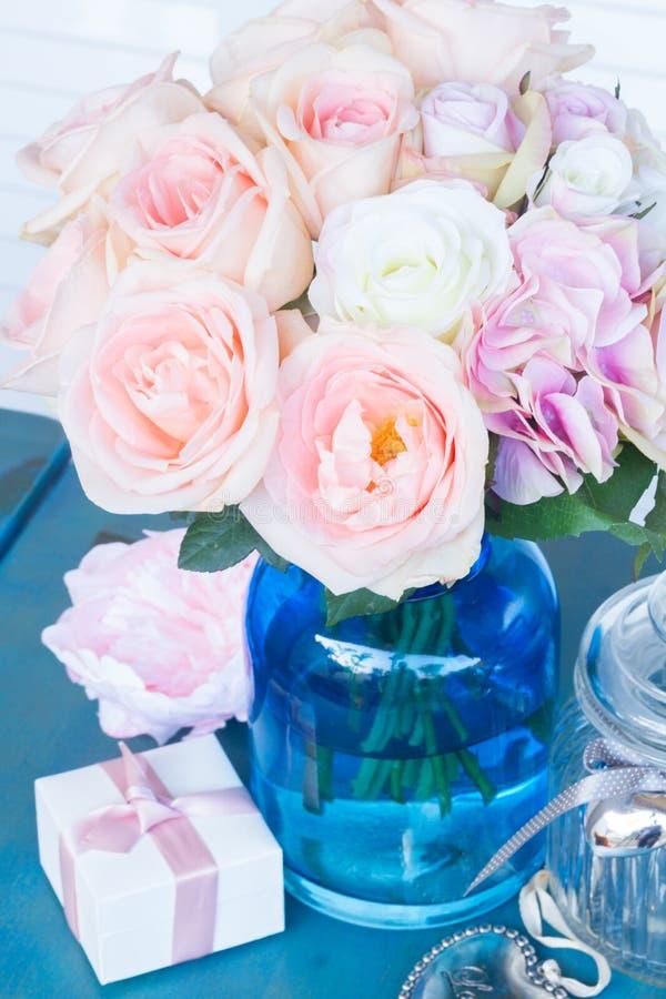 Coeur avec les roses roses photo stock