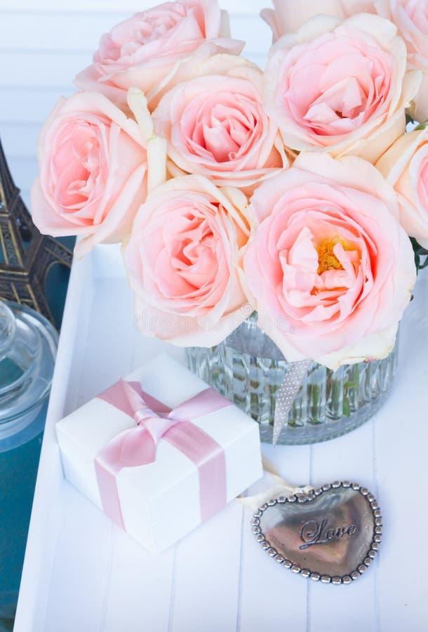 Coeur avec les roses roses photo libre de droits