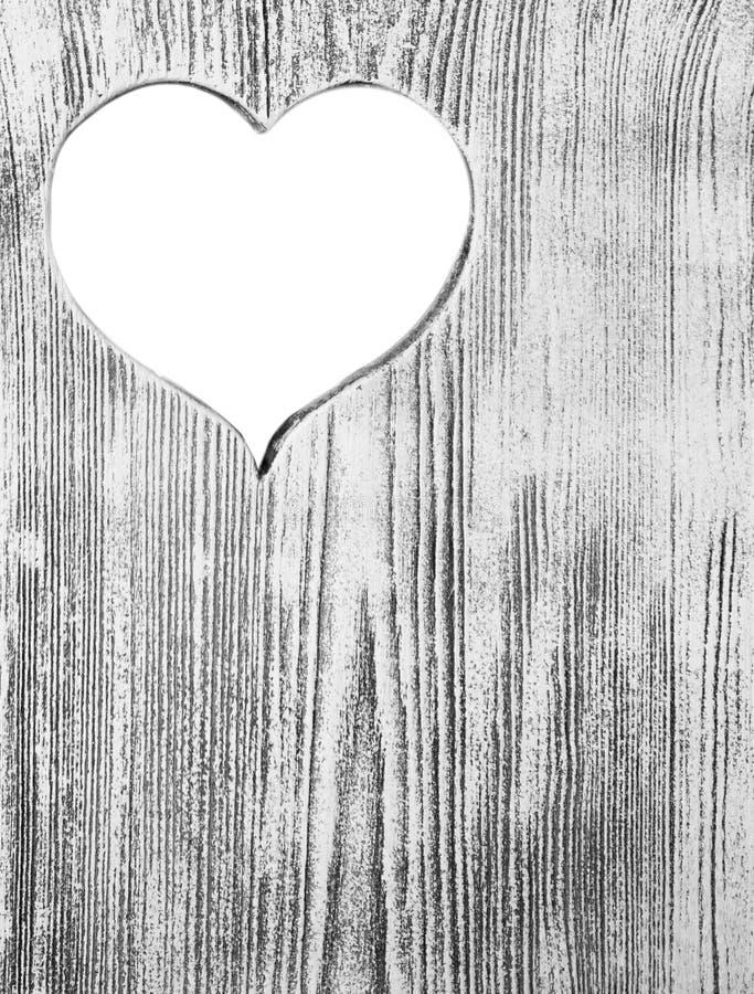 Coeur blanc découpé dans un conseil en bois Fond photo libre de droits