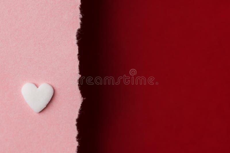 Coeur blanc de sucrerie sur le fond de papier rouge de Bourgogne de rose de duotone avec le bord déchiré Charité du jour de mère  image stock