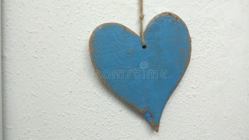 Coeur bleu sur le fond blanc images stock