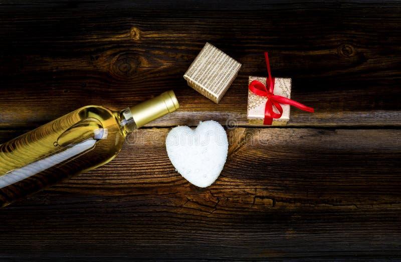 Coeur, cadeaux et bouteille de vin sur le Tableau images libres de droits