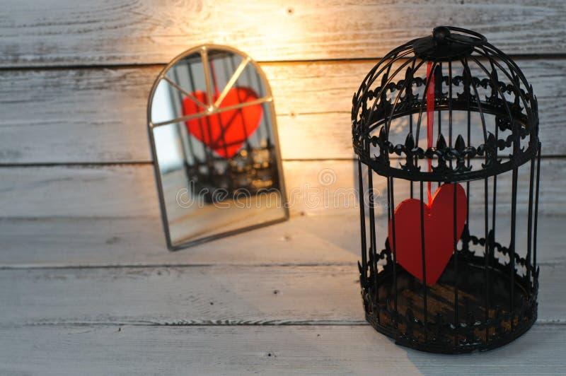 Coeur captif dans la cage à oiseaux image libre de droits