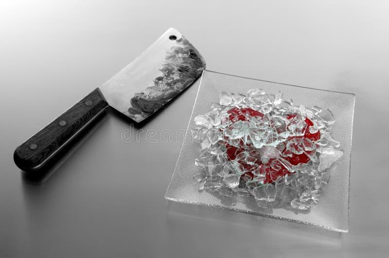 Coeur cassé avec le couteau sanglant images stock