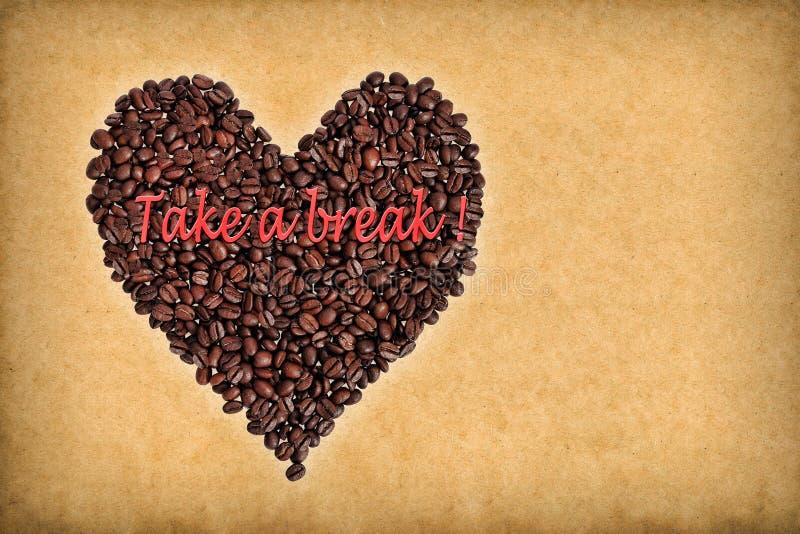 Coeur composé de grains de café inscription images stock