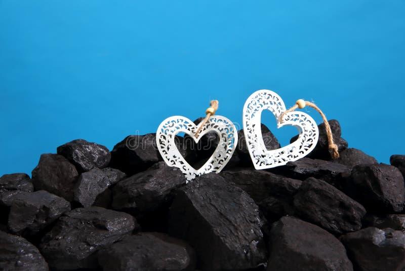 Coeur décoratif se trouvant sur une pile de charbon noir photo stock