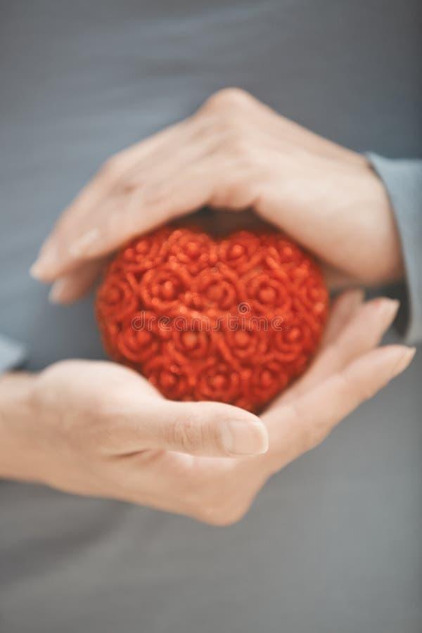 Coeur dans des mains image libre de droits