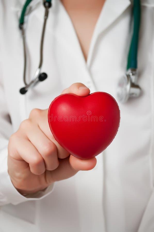 Coeur dans la main du docteur photographie stock