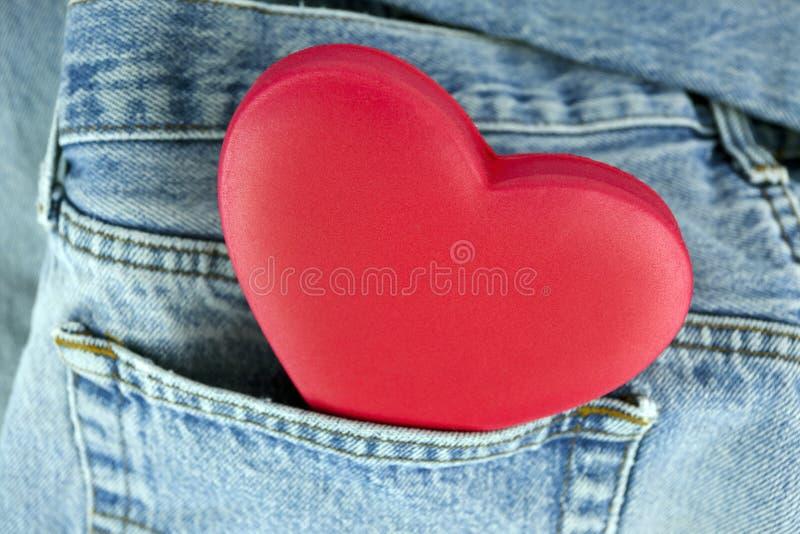 coeur dans la poche de jeans photos libres de droits