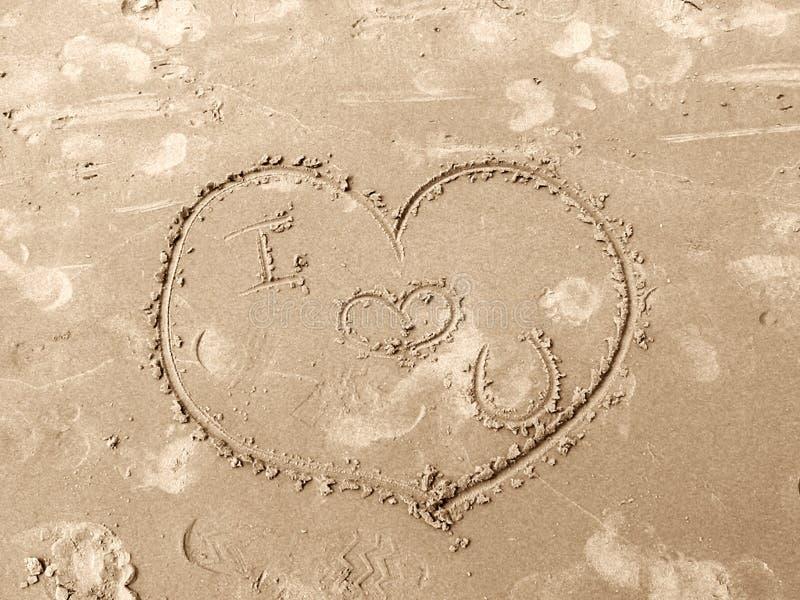 Coeur dans le sable images stock