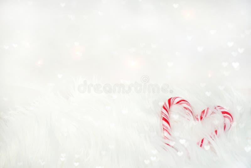Coeur de canne de sucrerie en fourrure blanche photographie stock