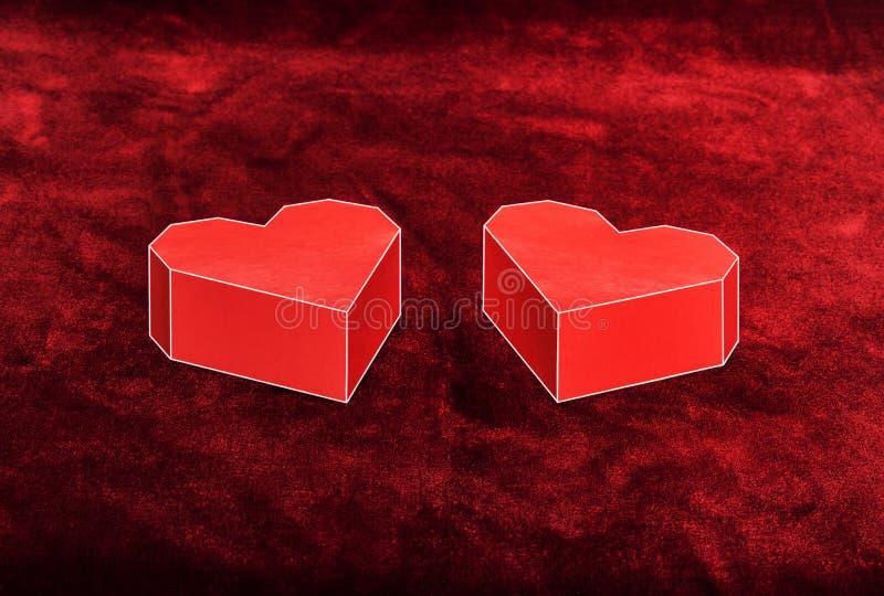 Coeur de carton de deux rouges sur le velours Fond de jour de valentines photographie stock libre de droits