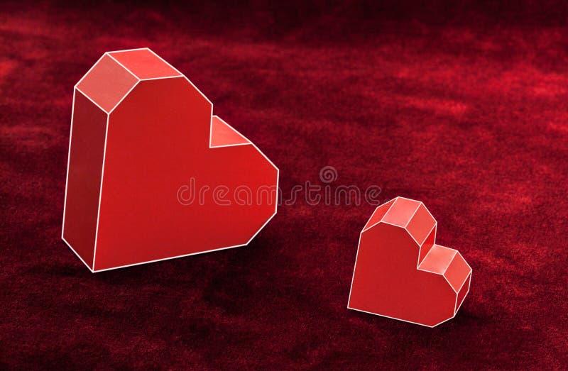 Coeur de carton de deux rouges sur le velours Fond de jour de valentines photos stock