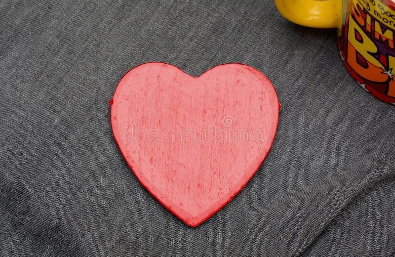 Coeur de couleur rouge sur des jeans - concept de Valentine Day photographie stock