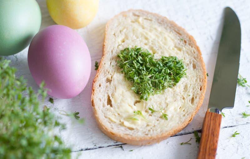 Coeur de cresson de Cuckooflower sur le concept d'abrégé sur Pâques d'amour de pain photographie stock libre de droits