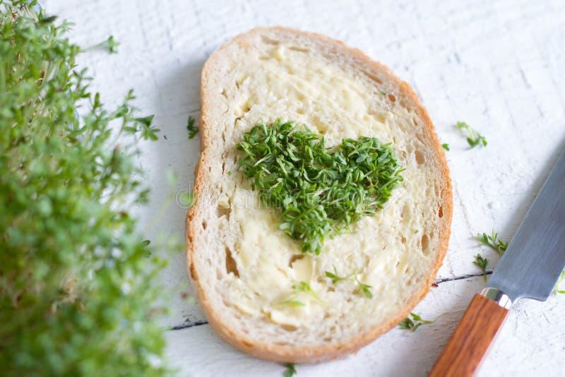 Coeur de cresson de Cuckooflower sur le concept d'abrégé sur Pâques d'amour de pain photos stock
