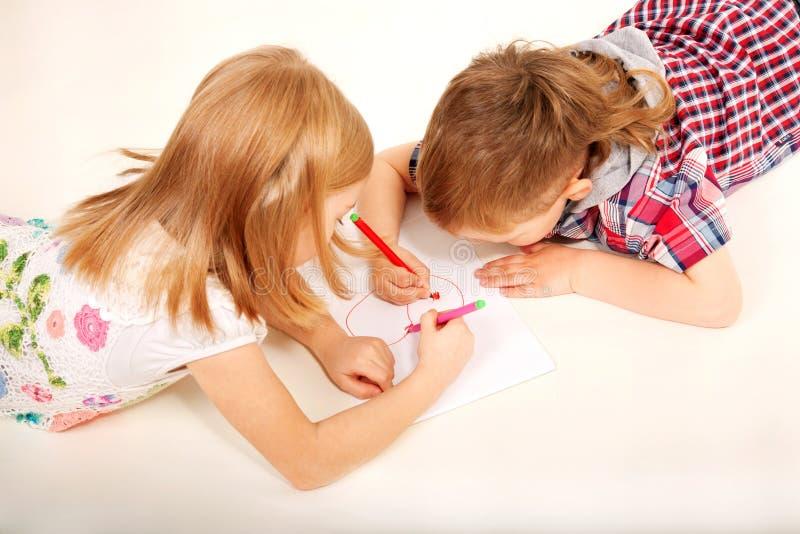 Coeur de dessin de garçon et de fille. Amour et concept du jour de valentine. photo libre de droits