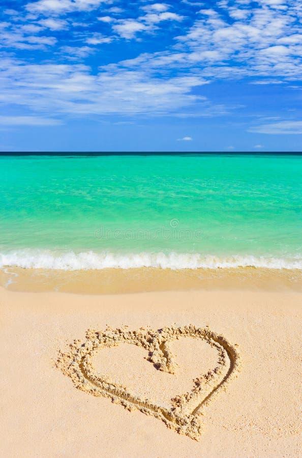 Coeur de dessin sur la plage photographie stock libre de droits