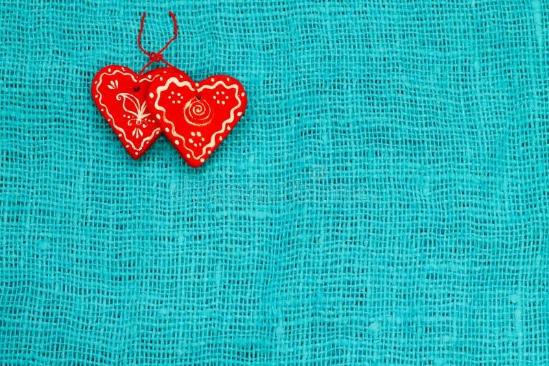 Coeur de deux rouges un jour du ` s de St Valentine de fond de turquoise photographie stock