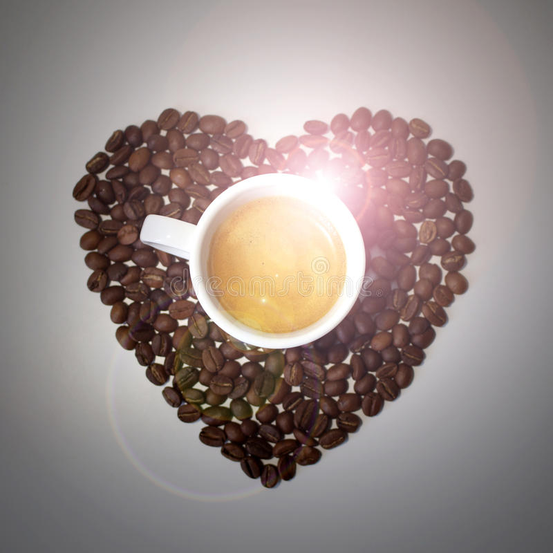 Coeur de grains de café sur le fond gris photo stock