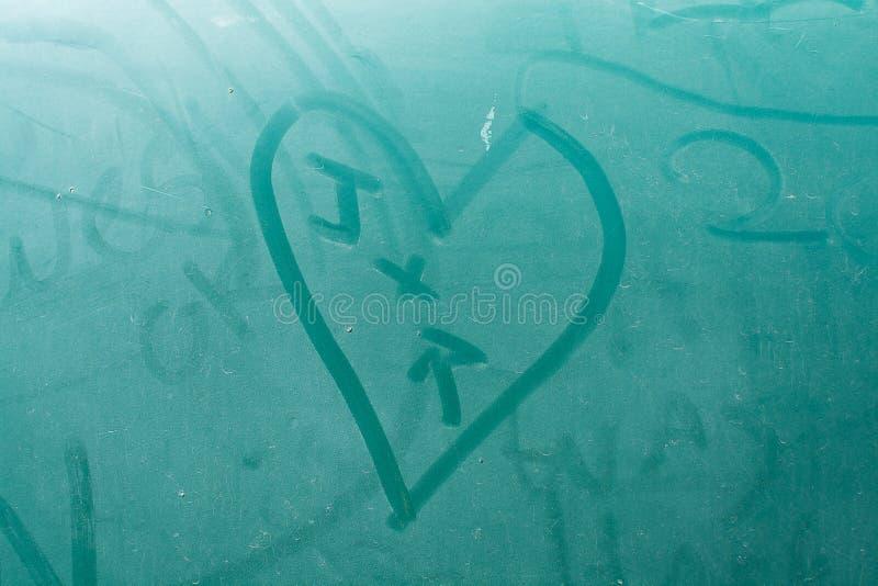 Coeur de J + de R sur la vieille école Aqua Nash images stock