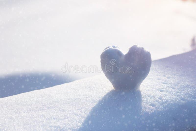 Coeur de neige sur le banc de chute de neige Concept de l'hiver images libres de droits