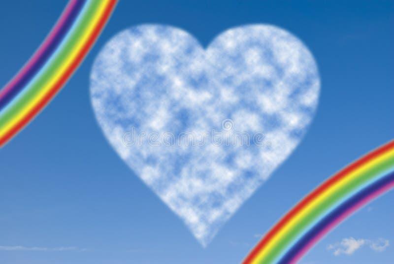 Coeur de nuage avec l'arc-en-ciel photographie stock libre de droits