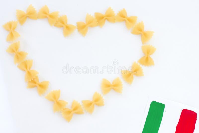 Coeur de pâtes de beauté d'isolement sur le blanc, concepetual des histoires d'amour ou de la nourriture italienne photo libre de droits