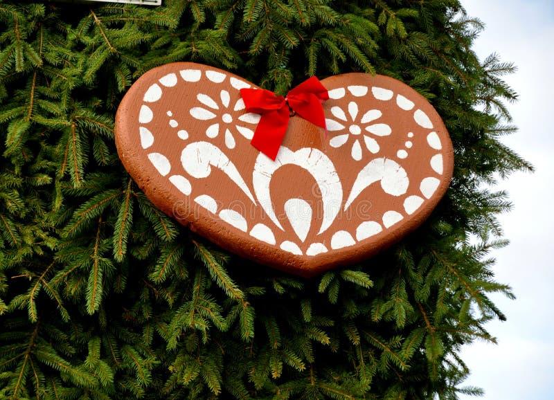 Coeur de pain d'épice sur un arbre de Noël photographie stock
