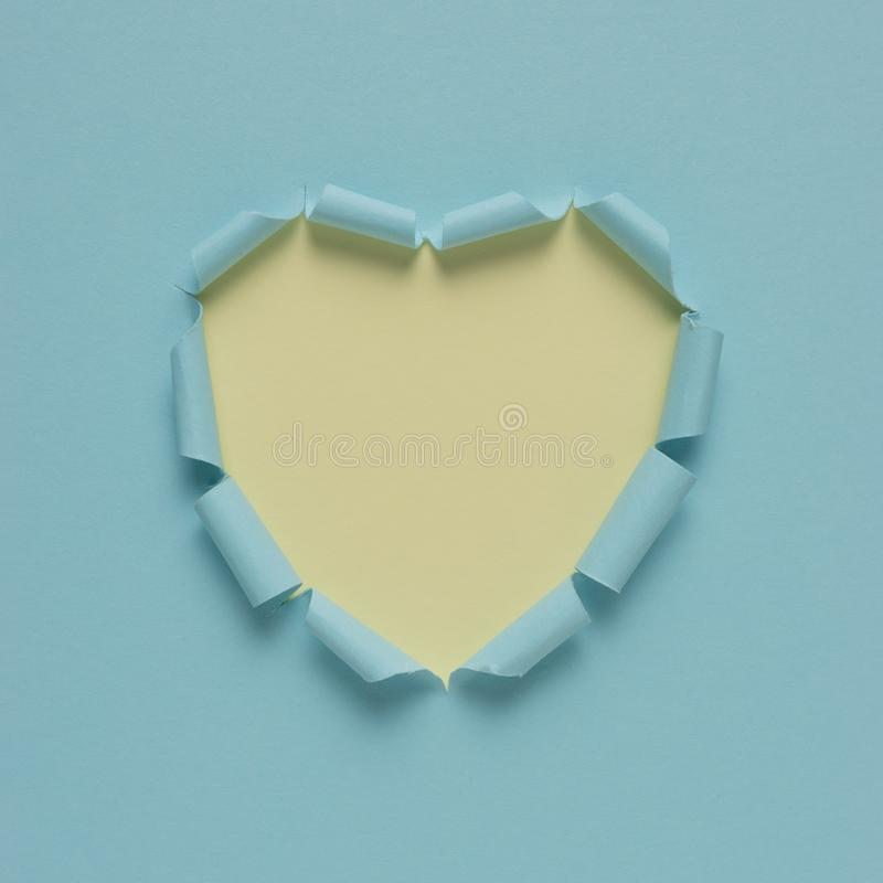 Coeur de papier déchiré vif sur le fond lumineux Amour minimal ou comme le concept photographie stock libre de droits