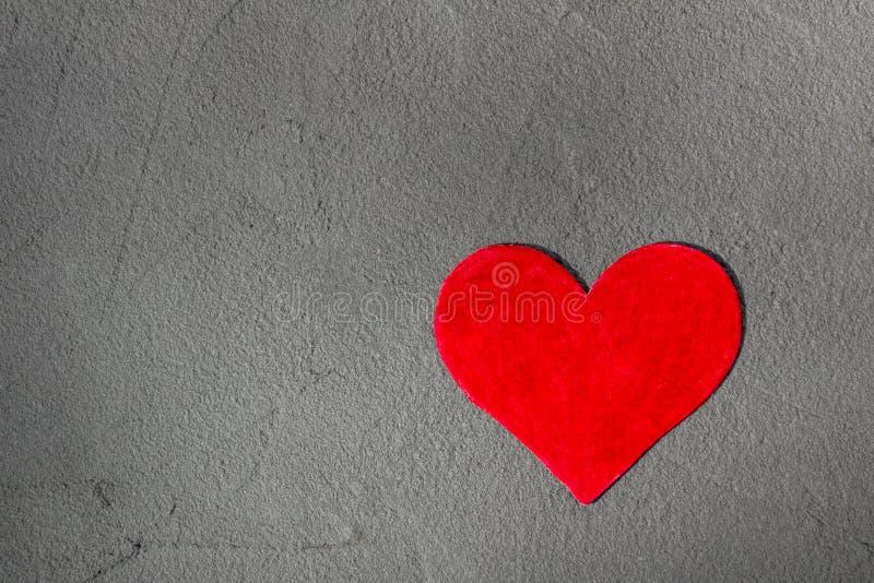 Coeur de papier rouge sur le mur gris avec le fond heureux de Valentine de l'espace de copie photo libre de droits